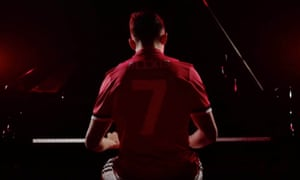 Manchester United have unveiled Alexis Sánchez with a clip of the player on the piano.