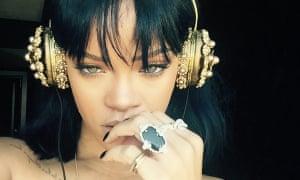 Rihanna twitter pic - gold headphones