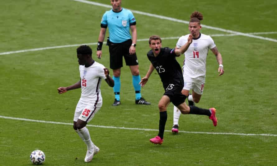 Bukayo Saka and Kalvin Phillips outnumber Thomas Müller as England drive forward against Germany.