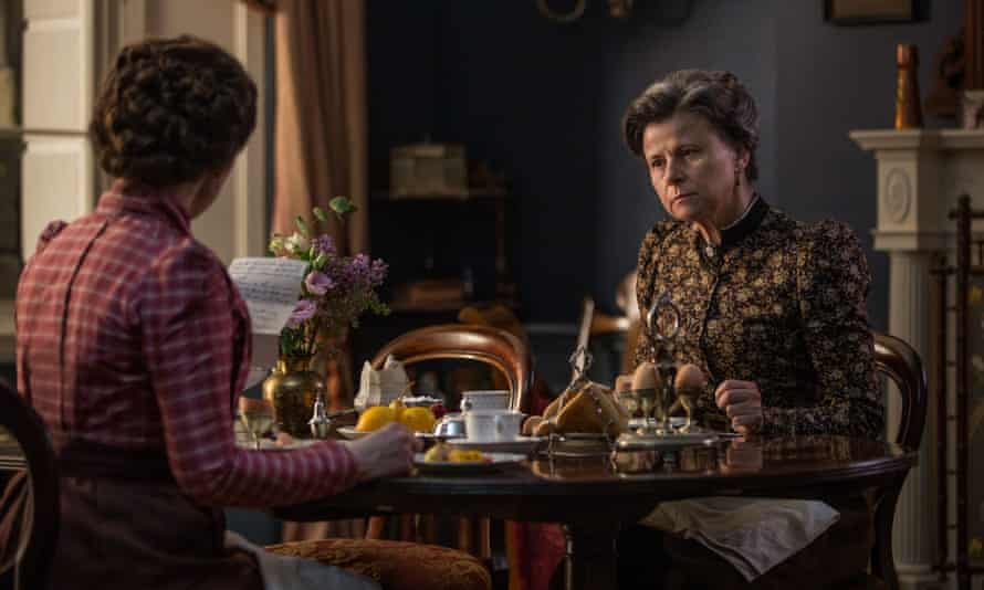 At least she isn't wearing a hat. Tracey Ullman as Aunt Juley in Howards End.