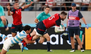 Elliot Daly scores for England against Argentina.
