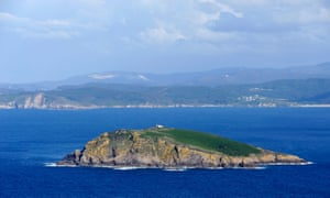 Isla Coelleira and the cliffs near Praia de Xilloi, Galicia.