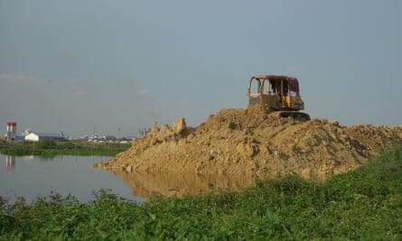 Developers dump sand into the Tompoun/Cheung Ek wetlands