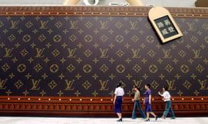 Large Louis Vuitton luggage advert