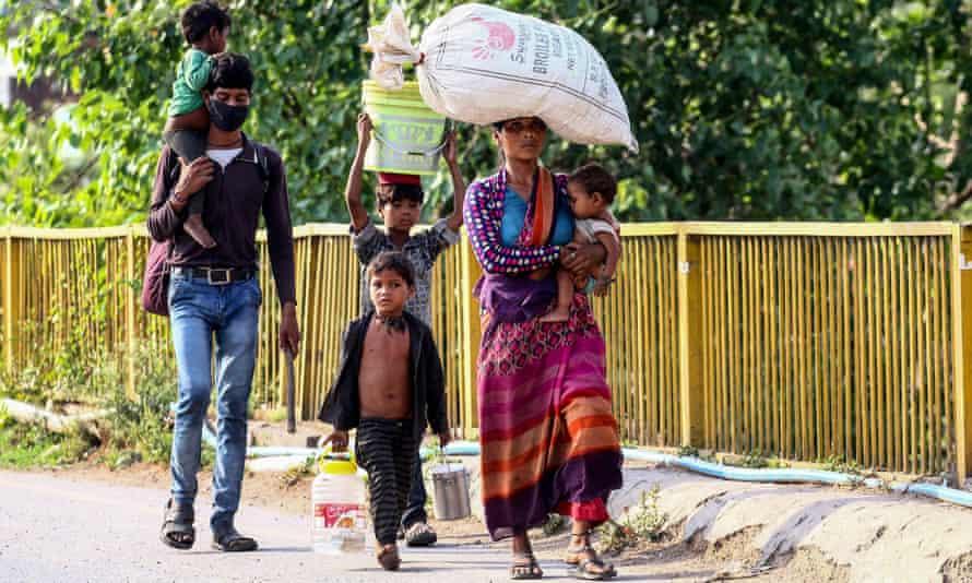 A family walks to their hometown from Prayagraj, Uttar Pradesh.