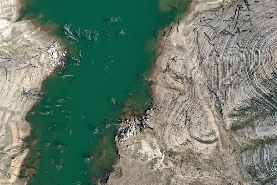 Les niveaux d'eau du lac Oroville ont chuté à 42% de la capacité.
