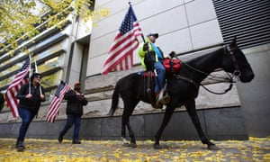 Oregon standoff supporters show support for the Bundys.