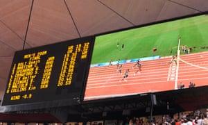 Una repetición en la pantalla grande muestra el tiempo récord mundial de Bolt de 19.30 segundos en los Juegos Olímpicos de Beijing en 2008.