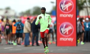 Sir Mo Farah warms up ahead of the men's elite race