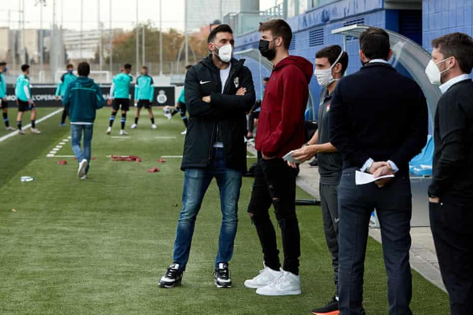 مالک باشگاه ، جرارد پیکه ، در حالی که به تیمش در هنگام دیدار Segunda B برابر RCD Espanyol B در ماه فوریه ، از تیمش دیدار می کند ، با سرابیا مدیر FC آندورا صحبت می کند.