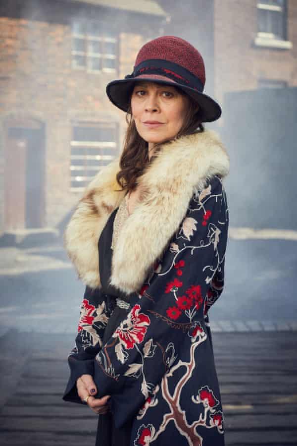 Helen McCrory nei panni della madre prepotente zia Polly in BBC Peaky Blinders.