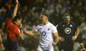 Ellis Genge ignora el diluvio mientras celebra anotar el intento de Inglaterra contra Escocia.