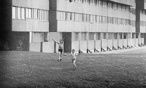Children play outside Bransholme maisonettes before their demolition in 1987.