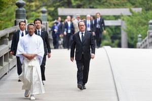 Francois Hollande arrives at Ise-Jingu shrine.