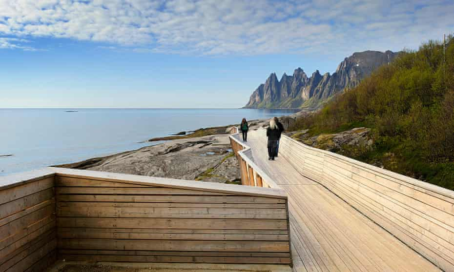 Wooden art: people strolling along the walkway at Tungeneset.