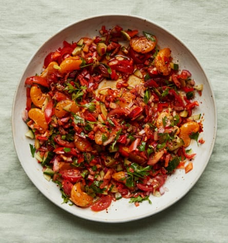 Tomatoes, onions, clementines, capers ... a classic esme salad.
