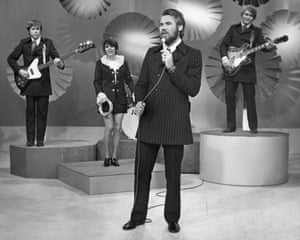 Kenny Rogers, Terry Williams, Mary Arnold, Kin Vassy and Mickey Jones, of Kenny Rogers & The First Edition, performing in 1970