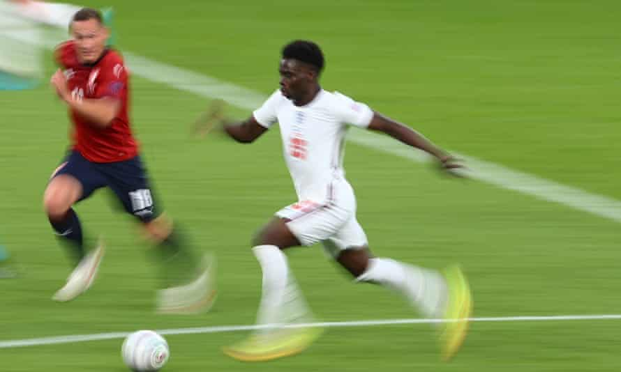 Bukayo Saka accelerates at the Czech defence once again.