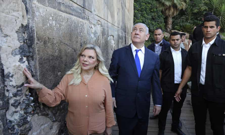 Benjamin and Sara Netanyahu visit the Ibrahimi mosque, also known as the Tomb of the Patriarchs, in Hebron.