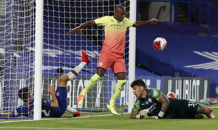 Fernandinho denies Chelsea with his hand and gives away a penalty