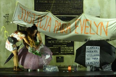 Women in San Salvador demonstrate in support of Evelyn Beatríz Hernández Cruz