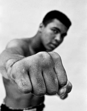 My best Shot: USA. Chicago. Muhammad ALI, boxing world heavy weight champion showing off his right fist. 1966. Homme 18 25 ans Int rieur Noir Afro-Am ricain