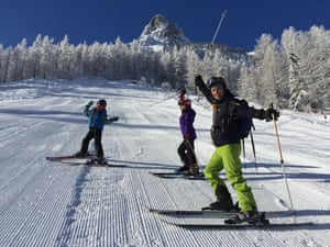 A family on the slopes