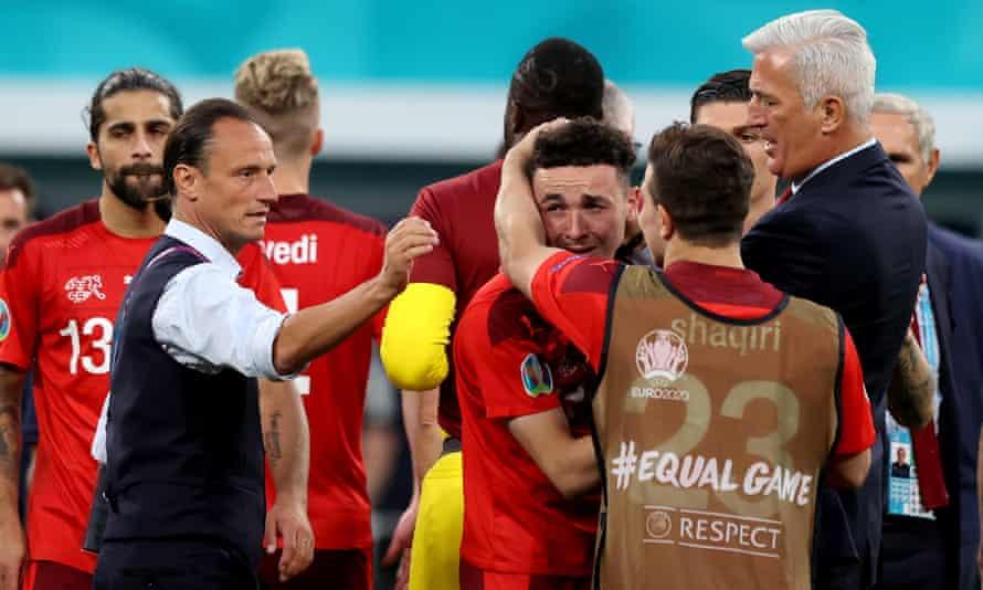 Rubén Vargas es consolado por sus compañeros en Suiza después de que lanzó un penalti por encima del larguero.