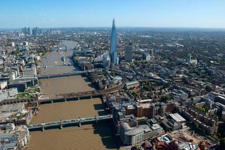 Es hora de subir de nivel ... Southwark, a la derecha, en la orilla sur del río Támesis.
