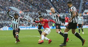 Alexis Sanchez, chased by Deandre Yedlin, Mohamed Diame, Jonjo Shelvey and Jamaal Lascelles.