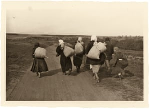 A group of refugees in the Rahachow area
