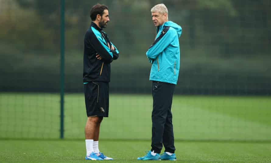 Robert Pires in discussion with Arsène Wenger