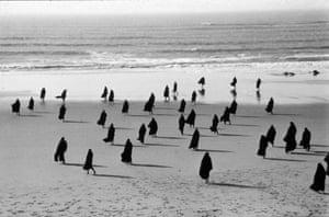 Breaking the waves ... Shirin Neshat, Rapture, 1999.