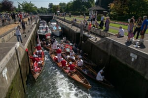 The Queen's Swan Uppers negotiate a lock at Shepperton
