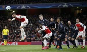 Olivier Giroud flicks the ball over from the corner.