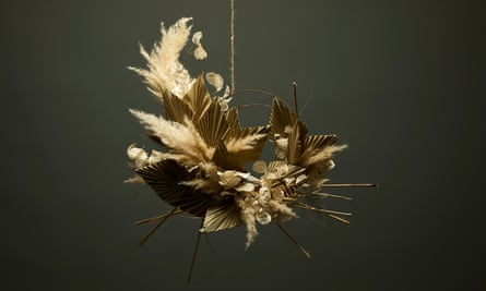 Dried wreath of pampas grass, palm leaves and honesty.