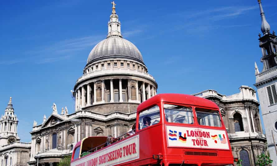 Tourist bus in front of St Paul's Cathedral