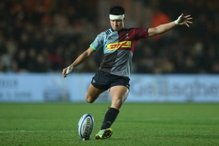 Harlequins v Newcastle Falcons - Gallagher Premiership RugbyLONDON, ENGLAND - NOVEMBER 16: Marcus Smith of Harlequins kicks a penalty during the Gallagher Premiership Rugby match between Harlequins and Newcastle Falcons at Twickenham Stoop on November 16, 2018 in London, United Kingdom. (Photo by Steve Bardens/Getty Images for Harlequins)