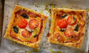 Puff pastry 'pizzas' with tomatoes and basil.