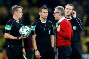 Peter Stöger confronts the match officials.