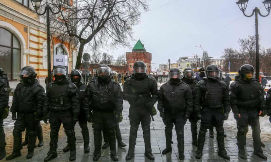 Riot police attend a protest in support of Alexei Navalny in Nizhny Novgorod