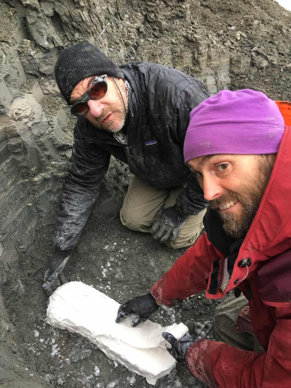 Prof Gregory Erickson, kiri, dan rekannya menemukan bukti bayi dinosaurus di Kutub Utara