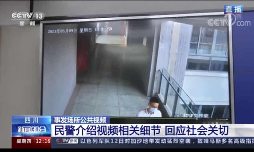 تصاویر دوربین نشان می دهد که مرد جوانی با نقاب ، فقط در حالت شلیک ، در حال پخش از تلویزیون با آگهی خبرگزاری و زیرنویس های پایین صفحه است