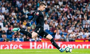 Kepa 'manages well circulating the ball thanks to the technique with his feet', says Luis Llopis, former goalkeeping coach at Athletic Bilbao.