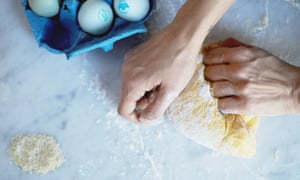 Preparing saffron enriched taftaan bread