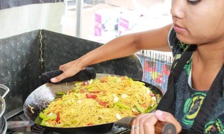 Sai Deethwa frying noodles in a wok