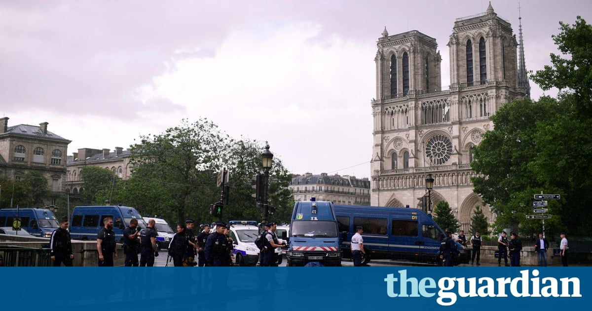 dab129dd0 ... Paris police shoot man who attacked officer outside Notre-Dame – video  report