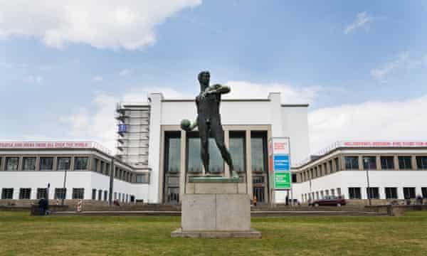 Lanzador de bolas de estatua de cobre de 1907 frente al Museo Alemán de la Higiene en Dresde