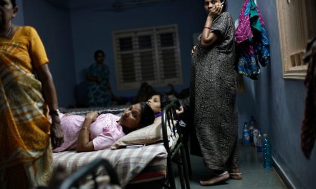 Madri surrogate si riposano in un centro nella città di Anand. Foto: Mansi Thapliyal/Reuters