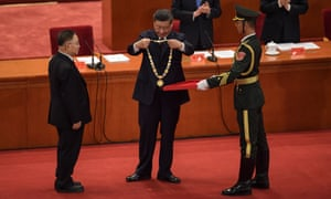 Zhang Boli, an expert in traditional Chinese medicine, receives an award from the Chinese president, Xi Jinping, at the Great Hall of the People in Beijing